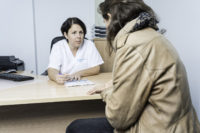 médico que trata los condilomas
