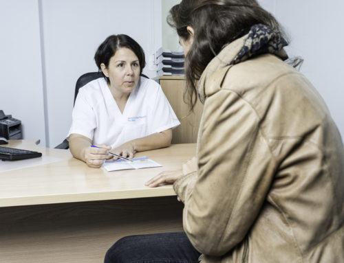 ¿Qué médico se encarga de tratar los condilomas o verrugas anales?